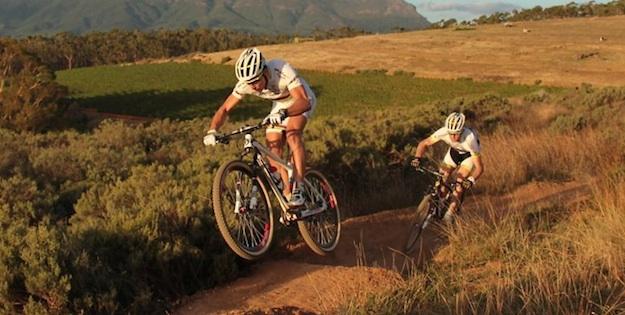 Nino-Schurter_jumping_Florian-Vogel_acrossthecountry_mountainbike_xco_by-Perkin.