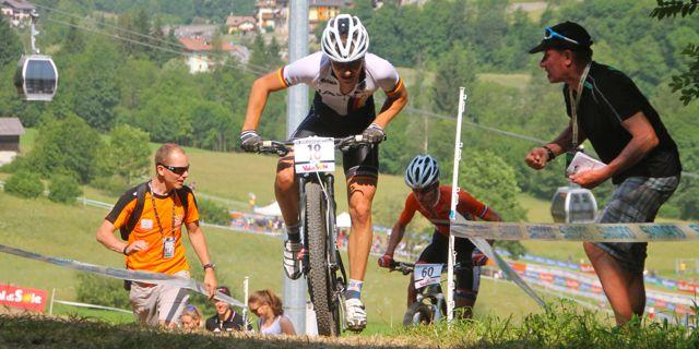 Johannes-Blaesi_uphill_Benz_acrossthecountry_mountainbike_by-Goller.