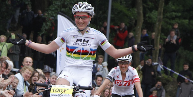 Julie-Bresset_Sabrina-Enaux_winning_Locmine_acrossthecountry_mountainbike_by-Machabert.