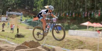 Jolanda-Neff_pmb_jump_sideview_acrossthecountry_mountainbike_by-Goller