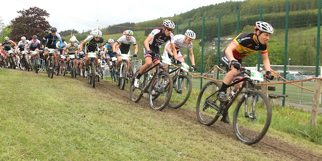 U23-Start_deVocht_Pfaeffle_Bats_acrossthecountry_mountainbike_by-Goller
