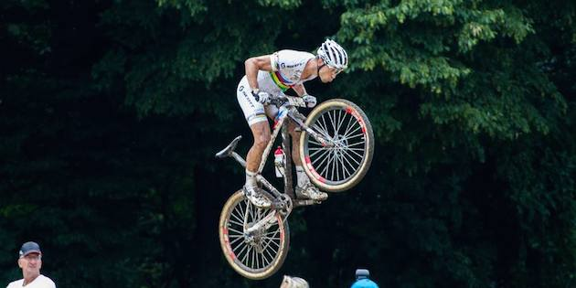 Nino-Schurter_flying_SM14_Lostorf_acrossthecountry_mountainbike