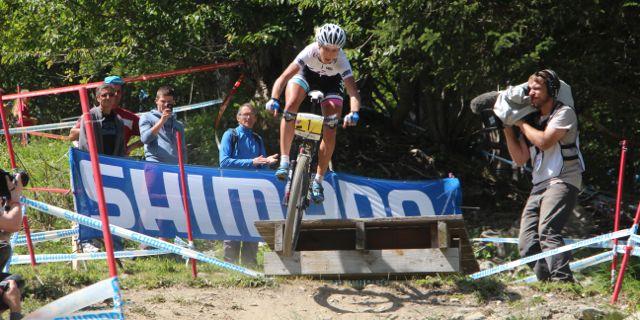 Jolanda-Neff_jump_WC14_Meribel_Damen_acrossthecountry_mountainbike_by-Goller