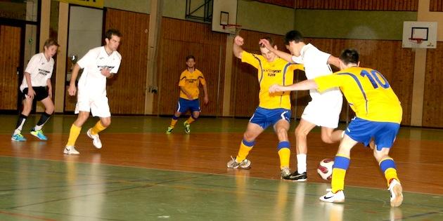 Soccercup13_Schwarzwaldbolzergelb-contra_Ballkunstensemble_by-Goller