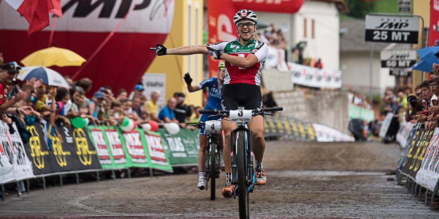 Katrin Stirnemann fährt happy über die Ziellinie. Foto: Lynn Sigel
