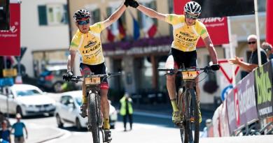 So klar wie hier war es am Donnerstag nicht, aber ihren dritten Etappensieg haben sie dennoch gefeiert: Hermann Pernsteiner und Daniel Geismayr ©Miha Matavz/Bike Transalp