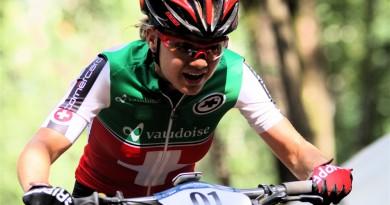 """Mountainbike-Europameisterschaften Cross-Country vom 27. bis 30. Juli in Darfo Boario Terme, Italien U23 Damen 1x2,5km+4x4,0km= 18,5 Kilometer Schweizer Doppelsieg – Antonia Daubermann im Pech Auch das U23-Rennen der Damen verlief für die deutschen Mountainbiker nicht glücklich. Während die Schweizerinnen durch Sina Frei und Alessandra Keller vor der Niederländerin Anne Tauber einen Doppelsieg feiern konnte, fiel Antonia Daubermann kurz vor dem Ziel an zwölfter Position liegend aus. Nina Benz aus Laichingen war als 19. beste Deutsche. Sina Frei bestätigte, was man schon vor zwei Wochen bei den Schweizer Meisterschaften gesehen hat, als sie mit Jolanda Neff mitfahren konnte. Die Titelverteidigerin übernahm im ersten steilen Anstieg die Führung und schüttelte in der zweiten Runde ihre beiden schärfsten Rivalinnen Alessandra Keller und Anne Tauber ab. Das Trio, das auch in der Elite Weltklasse verkörpert, vergrößerte den Abstand auf Rang vier rasch und am Ende klaffte zwischen Platz drei von Tauber (1:08:22) und Nicole Koller (Schweiz, 1:11:18) eine Lücke von fast drei Minuten. Sina Frei aber siegte unangefochten mit 52 Sekunden Vorsprung auf Alessandra Keller, die sich für das Finale noch Reserven aufgespart hatte. Antonia Daubermann (Gessertshausen) fuhr ein überraschend starkes Rennen, brachte es aber nicht über die Ziellinie. Die Deutsche U23-Vizemeisterin wurde nach der Hälfte der Distanz sogar auf dem sechsten Rang gesichtet. Doch dieses Niveau konnte sie nicht halten. Daubermann fiel auf den elften Rang zurück und ging gemeinsam mit der Tschechin Adela Safarova in die Schlussrunde. Safarova konnte sie nicht halten, aber der zwölfte Rang schien sicher. Doch in der Schlussabfahrt verlor Daubermann die Konzentration und stürzte. Das war das Aus. Nina Benz wurde mit einer Runde Rückstand 19. Für Benz, die am Sonntag ihren 19. Geburtstag feiert, war das Ergebnis bei ihrer ersten EM überhaupt durchaus im Bereich ihrer Möglichkeiten. """"Für die erste U23-EM ist es okay. """