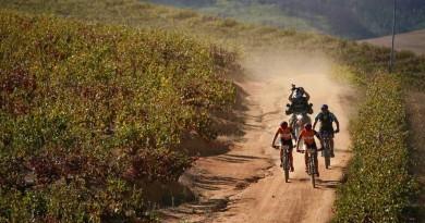 Genügend Grund zur Freude: Lars Forster und Nino Schurter ©Greg Beadle/Absa Cape Epic