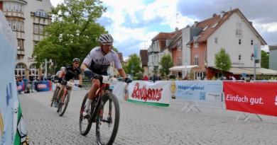 Weber_Stiebjahn_Kaess_verdeckt-Zielpassage_HBM19-Hegau-Bike-Marathon-by-Goller.
