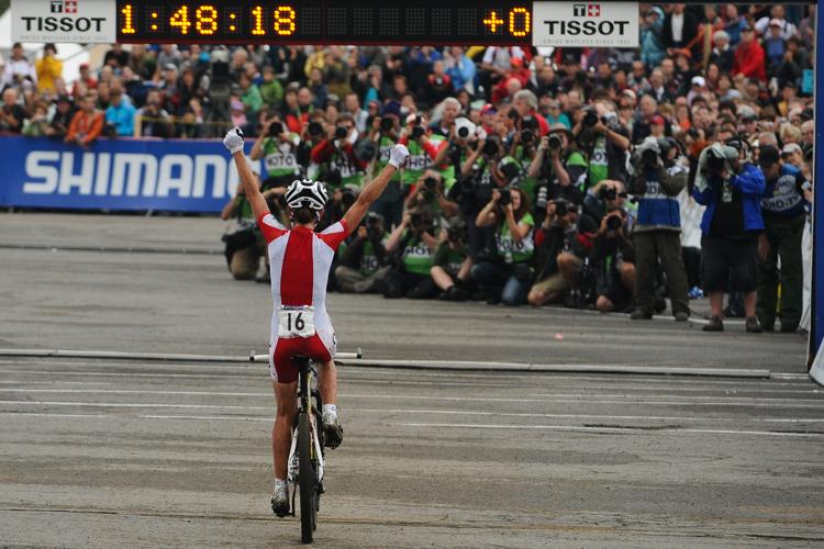 100904_AUS_MontSainteAnne_XC_Women_Wloszczowska_finish_backview_by_Maasewerd.