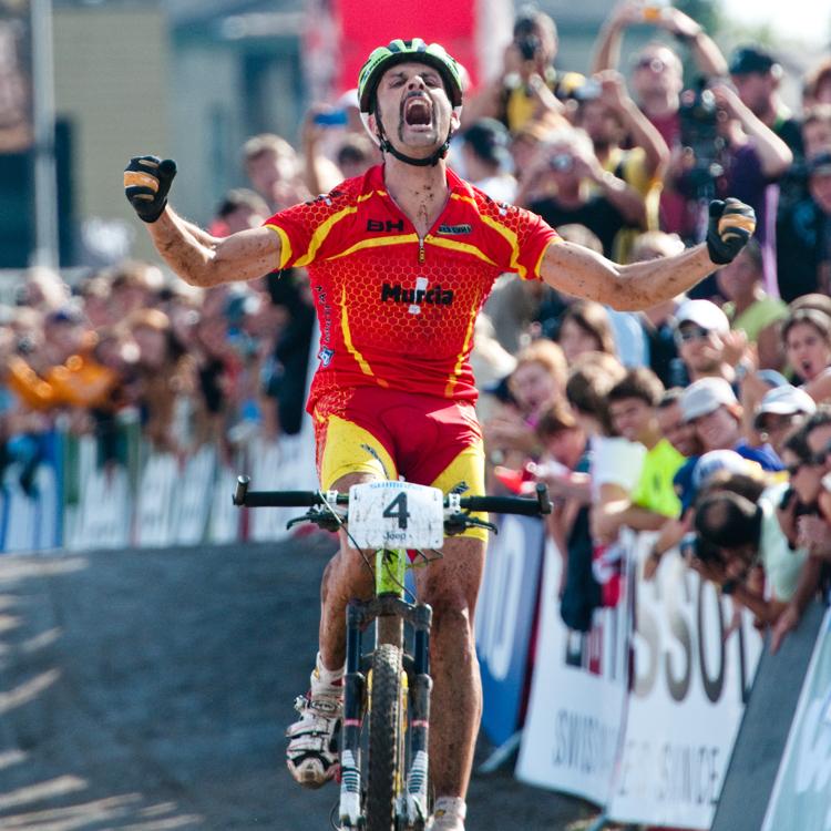 100904_CAN_MontSainteAnne_XC_Man_Hermida_finishline_by_Kuestenbrueck