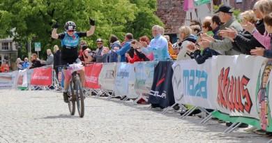 Janine-Schneider_finish_winning_HBM19-Hegau-Bike-Marathon-by-Goller