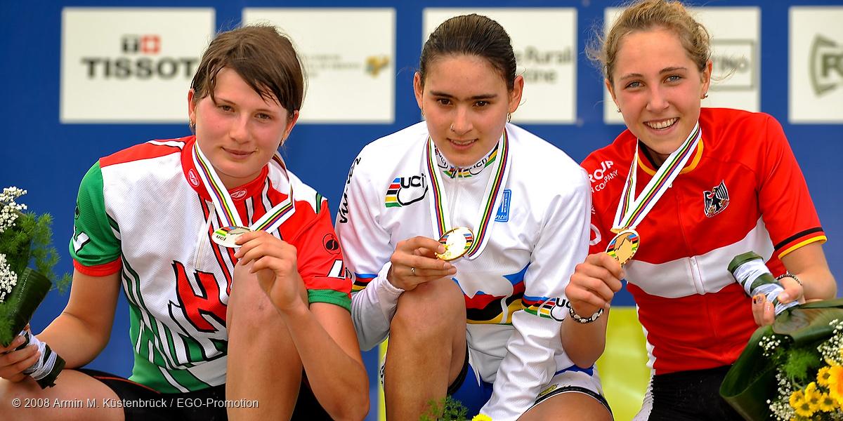 080618_ITA_Val-Di-Sole_juniorsw_ceremony_benko_abril_eiberweiser_close_presenting_medals.