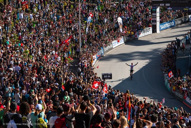 180809_SUI_Lenzerheide_worlds_crowd-Schurter-celebrating_by-Thomas-Weschta
