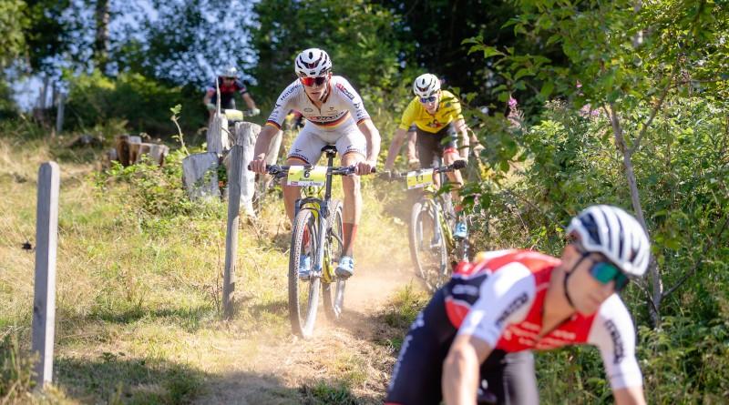 Die Spitzengruppe um Max Brandl, Vinzent Dorn und David List in der Trailabfahrt bei Todtnauberg. Foto: Sigel.