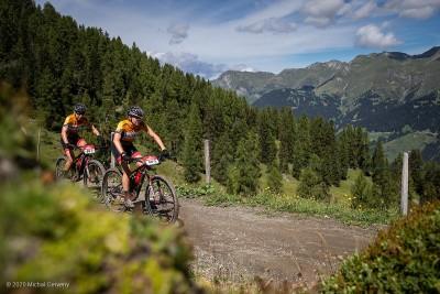 Annika Langvad zusammen mit Haley Batten (Specialized) © Michal Cerveny / mtbs.cz