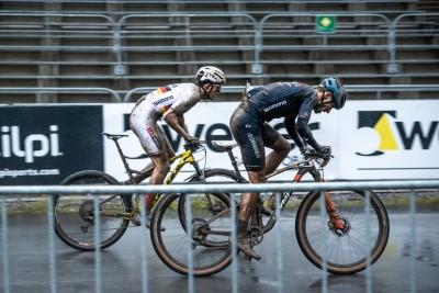 Von hinten kommend überholte Brandl Daniele Braidot (rechts) und Alan Hatherly auf der langen Zielgeraden. Foto: Sigel.