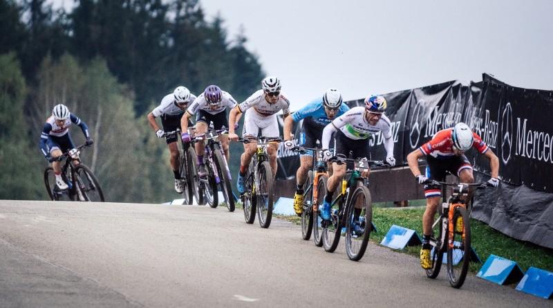 Zu Beginn der Start-Ziel-Geraden: Manuel Fumic, Nino Schurter, Max Brandl, Thomas Lutscher, Henrique Avancini und Milan Vader. Foto: Lynn Sigel.