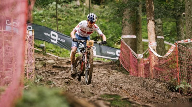 Thomas Pidcock fährt auch bei den Weltmeisterschaften der Konkurrenz davon. Foto: Lynn Sigel.